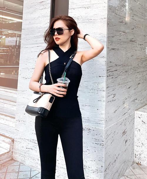 Phanh Lee khoe dáng chuẩn với cả cây đồ đen, kết hợp túi Chanel đắt đỏ.