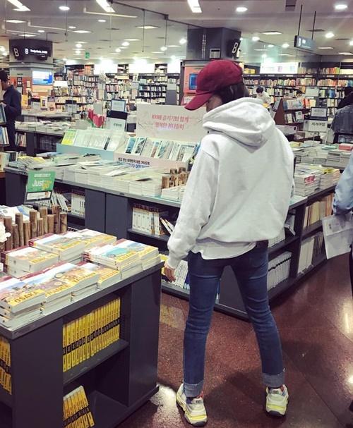 Yoon Ah lên đồ trẻ trung như cô sinh viên đi dạo nhà sách.