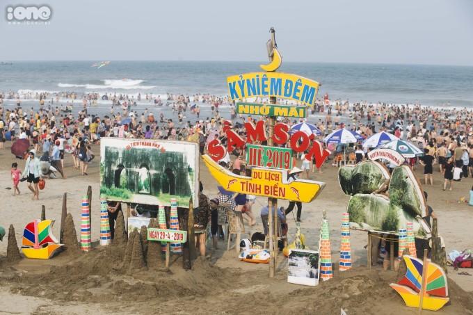 <p> Dịp nghỉ lễ 30/4 - 1/5 kéo dài 5 ngày cộng với thời tiết nắng nóng khiến nhiều du khách tìm về các bãi biển. Sầm Sơn là địa điểm tắm biển lý tưởng của du khách miền Bắc và các vùng lân cận.</p>