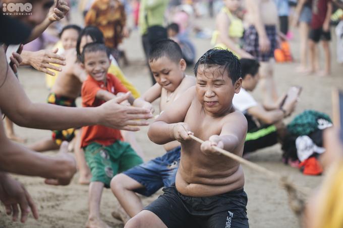 <p> Các hoạt động vui chơi giải trí trên bãi biển thu hút nhiều người tham gia.</p>