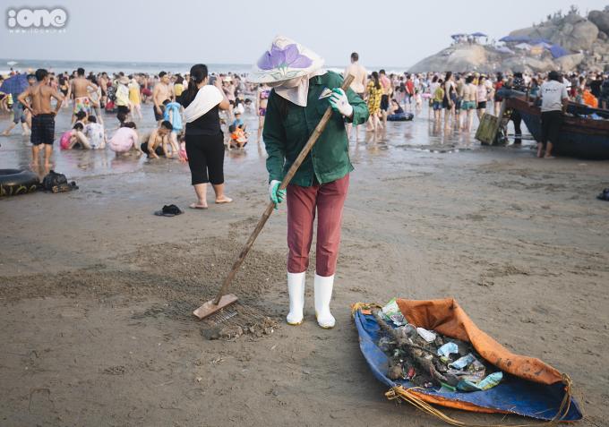 <p> Nhân viên môi trường dọn dẹp rác mà du khách để lại.</p>