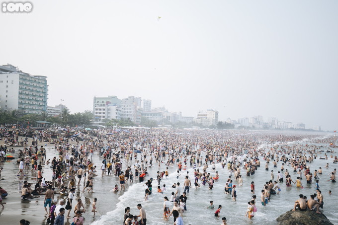 <p> Nhìn từ trên cao, hàng vạn du khách lấp kín dọc bãi biển dài hàng km.</p>