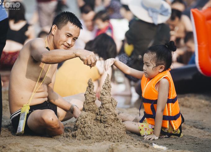 <p> Biển Sầm Sơn có bãi cát trắng, sóng đánh mạnh, bờ biển dài... nên du khách thường chọn nơi này làm điểm đến mỗi dịp nghỉ lễ.</p>