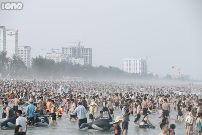 <p> Phía dưới khu vực biển, dòng người chen chúc nhau.Càng về cuối ngày, lượng du khách đổ về biển càng lớn.</p>