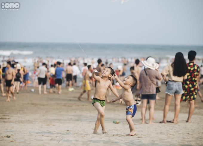 <p> Nhiều em nhỏ thích thú khi được thả diều trên cát.</p>