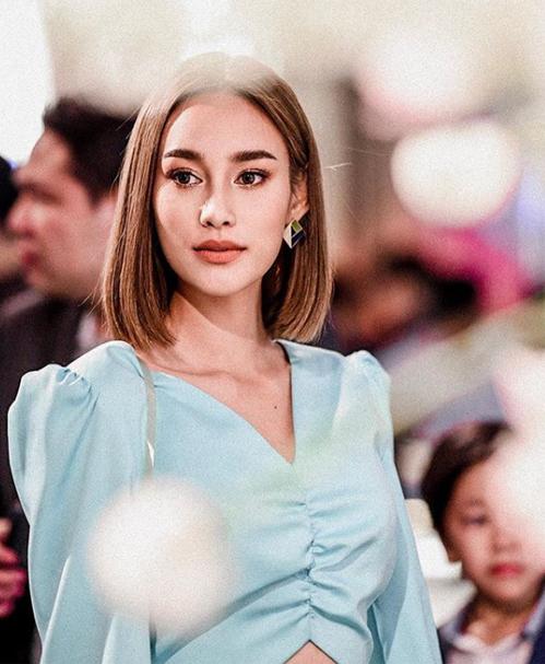 Cùng với việc để tóc đến ngang vai, các sao Thái cũng chọn cách ép thẳng thay cho các kiểu uốn duỗi cầu kỳ để mang đến vẻ thanh lịch, nhẹ nhàng.