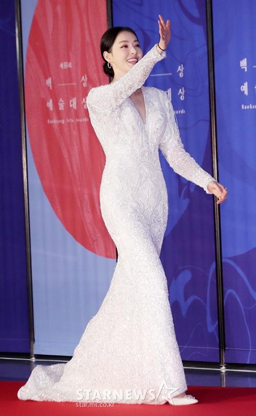 Lee Dae Hee gây ấn tượng nhờ chiều cao và đường cong quyến rũ. Không cần trang phục cầu kỳ, nữ diễn viên vẫn sexy hết cỡ nhờ hình thể chuẩn.