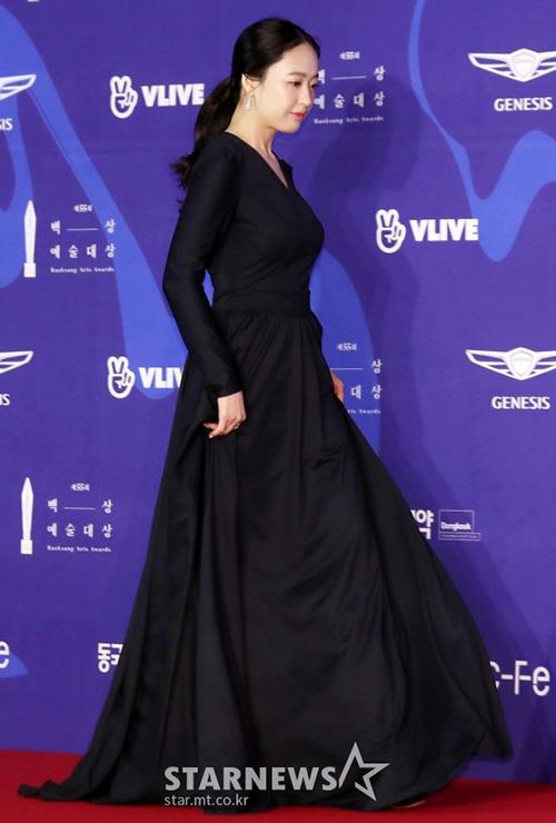 Kim Min Jung chọn chiếc váy đen kín đáo, tốn khá nhiều vải khi lên thảm đỏ.