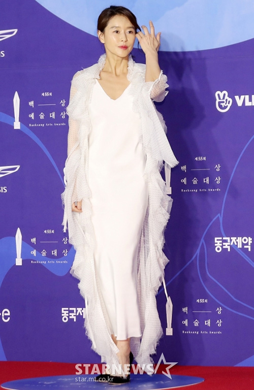 Nữ diễn viên Ye Ji Won có bộ cánh nhiều lớp khá lạ mắt.