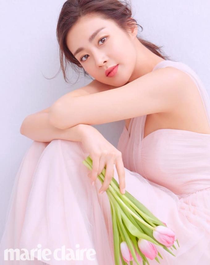 <p> Kang Sora khiến nhiều người bất ngờ khi trở thành ngôi sao nữ có nhiều hợp đồng quảng cáo nhất ở thời điểm hiện tại. Nhờ bộ phim <em>Missaeng</em>, danh tiếng của nữ diễn viên được nâng lên tầm cao mới. Cô trở thành người mẫu đại diện cho thương hiệu kính áp tròng Alcon từ 2014 đến nay.</p>