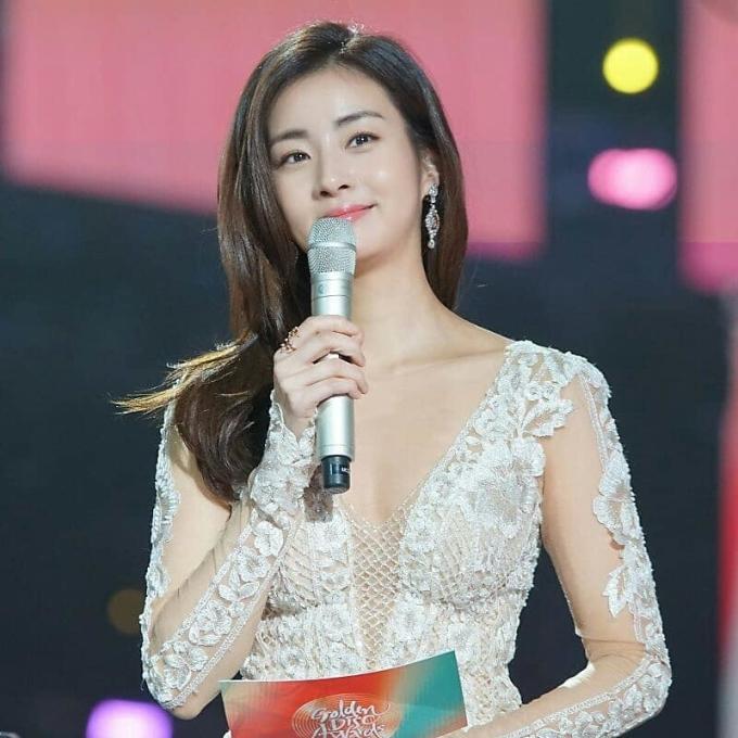 <p> Mỗi lần xuất hiện, Kang Sora luôn khiến công chúng trầm trồ nhờ nhan sắc đỉnh cao. Khi tham gia lễ trao giải <em>Golden Disc Awards 2019</em>, nữ diễn viên chiếm spotlight của các idol nữ nhờ hình thể gợi cảm, khí chất sang trọng.</p>