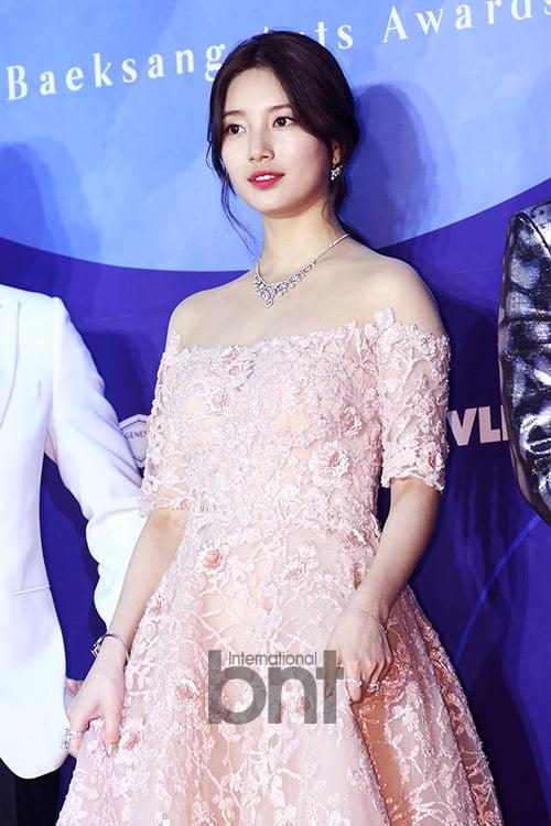 Một số bình luận: Cô ấy như một công chúa từ truyện cổ tích vậy; Chiếc váy tuyệt đẹp luôn; Suzy cực kỳ hợp với bộ váy này; Suzy xứng đáng là mỹ nhân hàng đầu Kbiz hiện nay; Tôi rất hồi hộp khi biết Suzy sẽ dự Baeksang năm nay. Sự xuất hiện của cô ấy không làm tôi thất vọng...