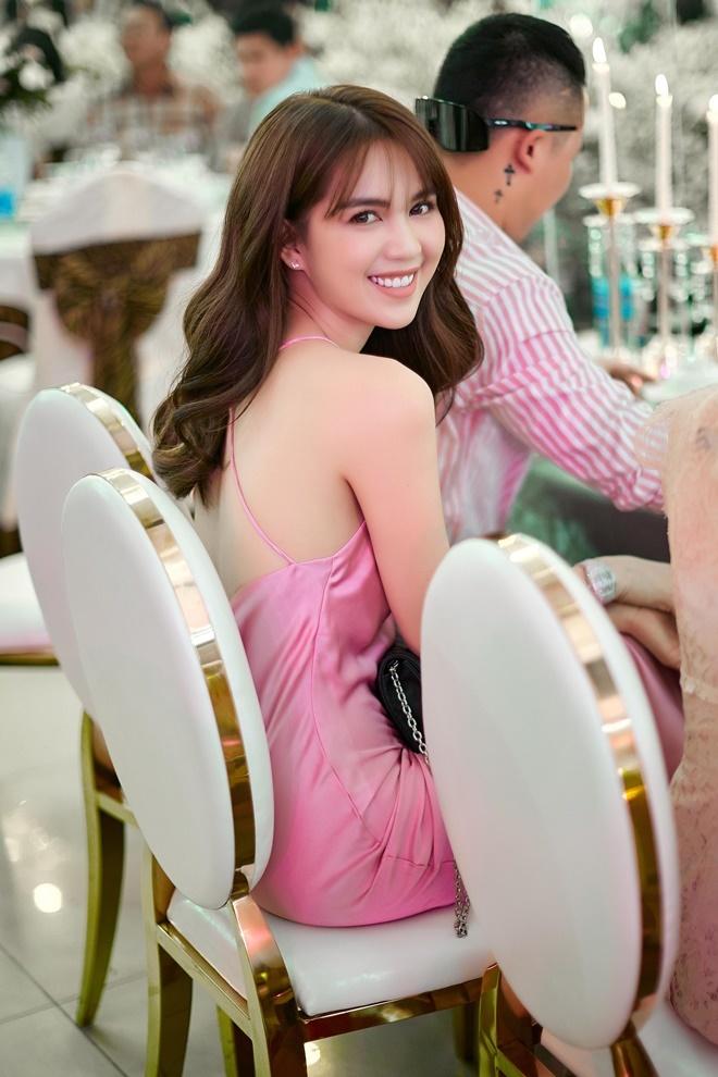 """<p> Ngọc Trinh mặc váy lụa màu hồng sexy, dùng đồng hồ đính kim cương làm điểm nhấn cho tổng thể. Bộ trang phục tôn dáng giúp """"nữ hoàng nội y"""" nổi bật ở đám cưới đàn em.</p>"""