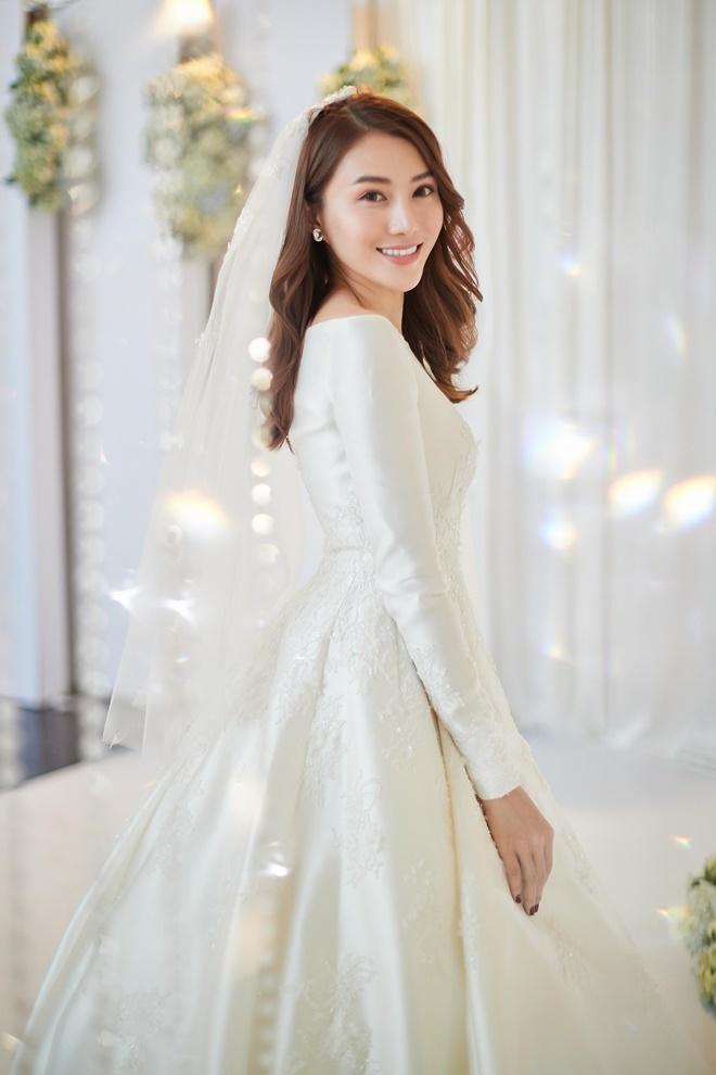 <p> Trong tiệc cưới, Lê Hà diện váy lấy ý tưởng từ công chúa Cinderella với giá gần 400 triệu đồng do NTK Linh Nga thực hiện.</p>