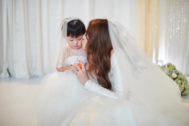 """<p> Con gái Bào Ngư """"bám đuôi"""" mẹ suốt tiệc cưới. Vợ chồng Lê Hà giữ kín chuyện sinh con cho đến khi tiệc cưới diễn ra.</p>"""