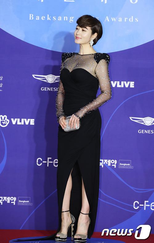 Kim Hye Soo tỏa ra khí chất chị đại, tự tin khoe dáng với mẫu váy xuyên thấu táo bạo.