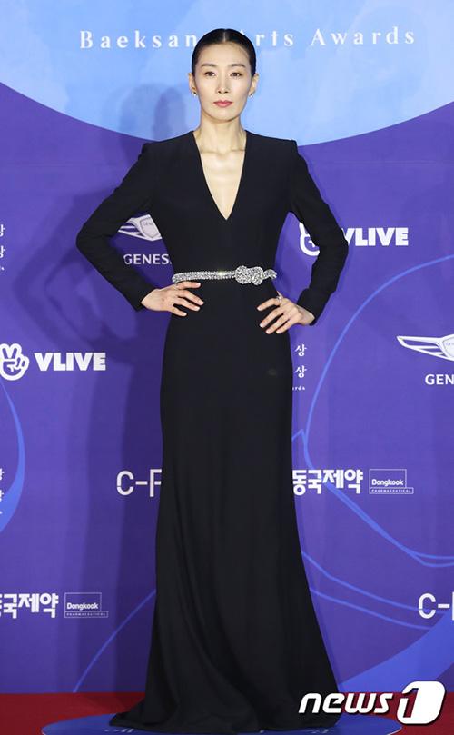 Kim Seo Hyung xuất hiện với phong cách lạnh lùng, không cười giống hệt nhân vật Cô giáo Kim trong Sky Castle.