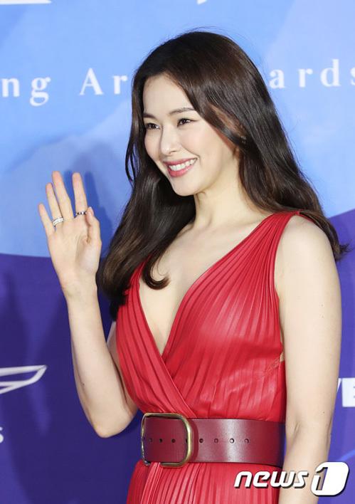 Hoa hậu Hàn Quốc Lee Honey ngày càng đẹp mặn mà, quyến rũ.