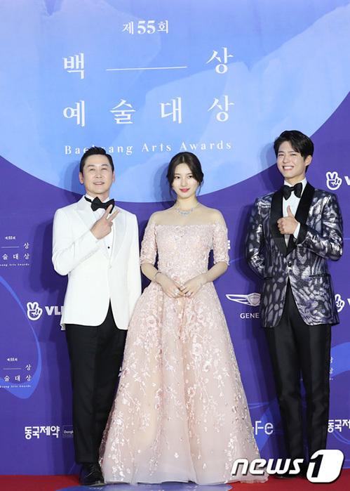 Bộ ba MC của lễ trao giải gồm Shin Dong Yup - Suzy - Park Bo Gum. Nữ ca sĩ dường như giữ khoảng cách với Park Bo Gum khi tạo dáng.