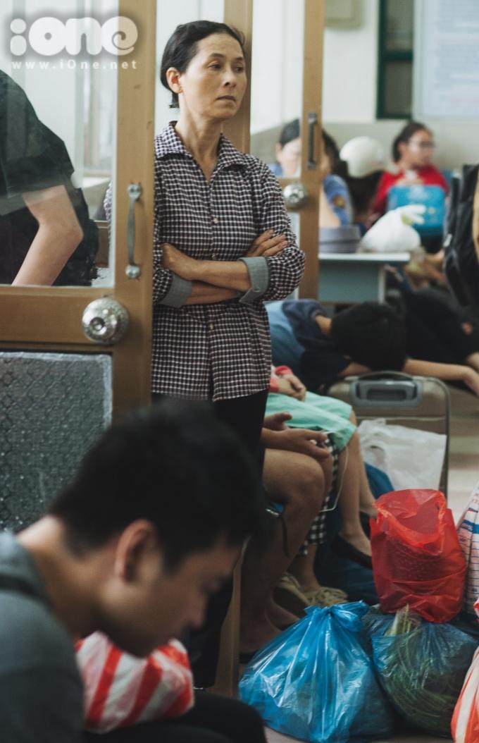 <p> Nhiều người mang theo đồ đạc, quà quê trở lại Hà Nội mưu sinh.</p>