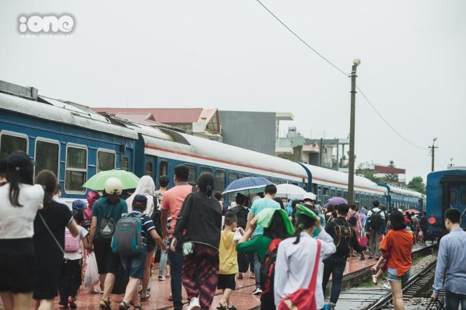 <p> Từ sáng sớm 1/5, tại ga Hải Dương, nhiều người đã xếp hàng mua vé. Bên trong nhà ga, dòng người ùn ùn kéo nhau trở lại thành phố ngày một đông.</p>