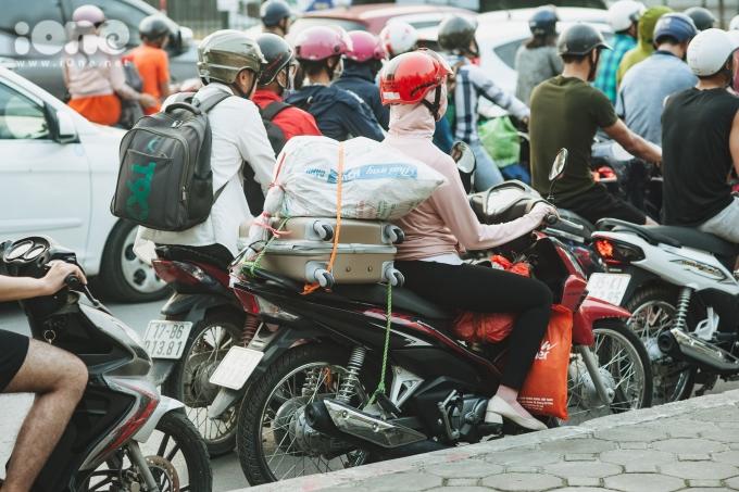 <p> Người người đèo đồ đạc lỉnh kỉnh quay lại thành phố sau nhiều ngày về quê thăm gia đình.</p>