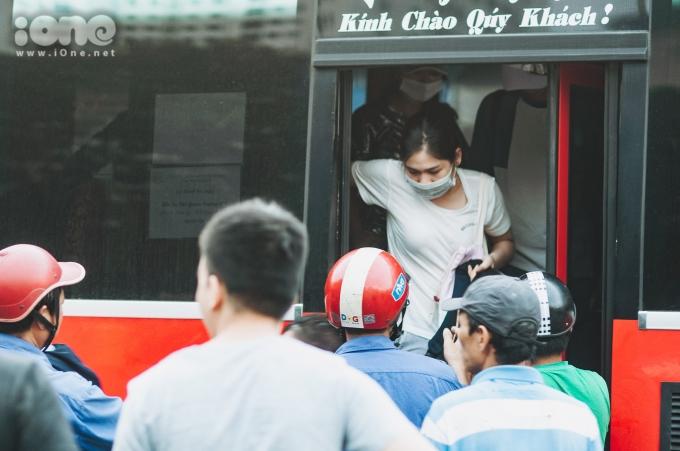 <p> Tại bến xe Giáp Bát, các chuyến xe liên tỉnh chiều về Hà Nội luôn luôn chật kín chỗ.</p>