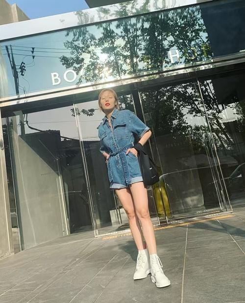 Hyun Ah khoe chân thon nuột, khỏe khoắn trong bộ jumpsuit denim.