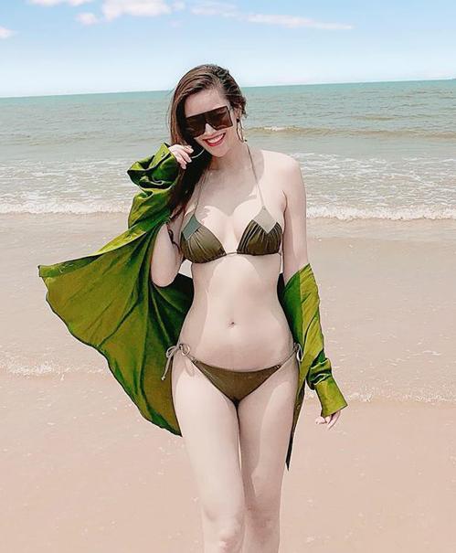Người đẹp rất khéo léo khi kết hợp bikini cùng những chiếc áo khoác mỏng tông xuyệt tông, tăng độ bay bổng cho bức hình trên biển.