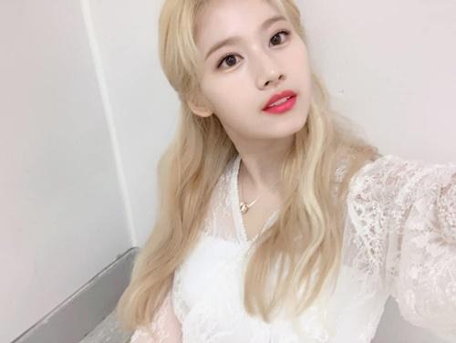 Sana (Twice) có mái tóc vàng hoe xinh như búp bê.
