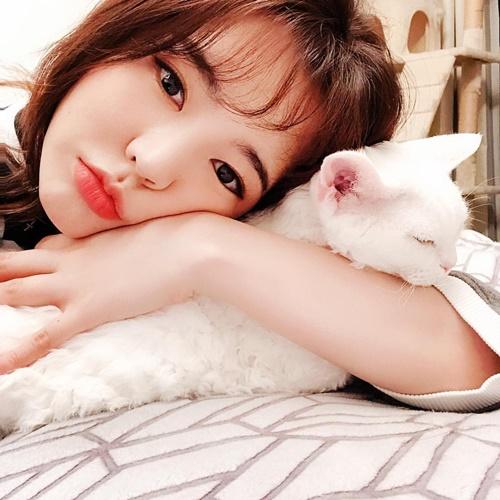 Sunny ôm ấp mèo cưng tình cảm.