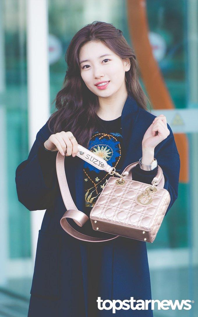 <p> Cựu thành viên Miss A cũng được nhiều thương hiệu đẳng cấp ưu ái. Khi lên đường tham dự show thời trang, Suzy khoe chiều túi Dior được in tên riêng ở sân bay.</p>