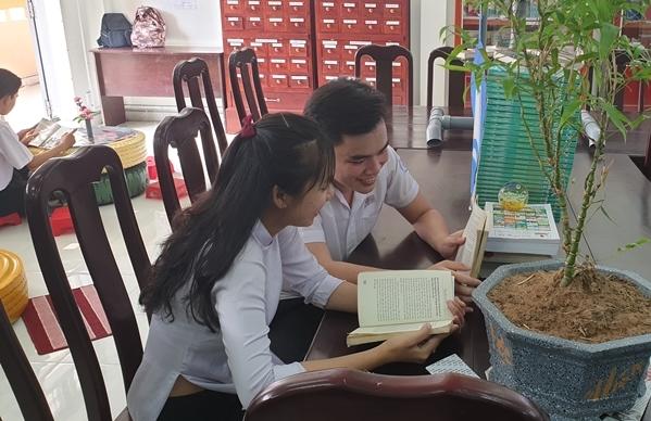 Từ ngày thư viện được sửa sang khang trang, thoáng mắt, nhiều teen đã siêng năng hơn khi đến đây để đọc sách và trao đổi việc học tập với nhau.