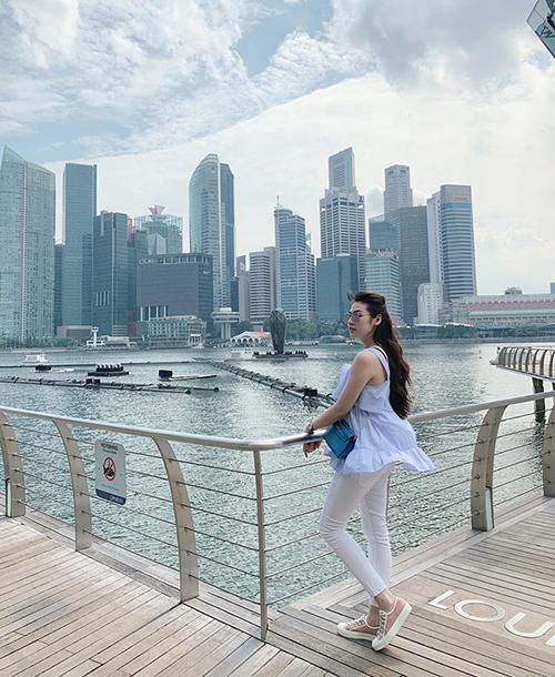 Dương Tú Anh sang chảnh trong chuyến đi nghỉ ở Singapore.