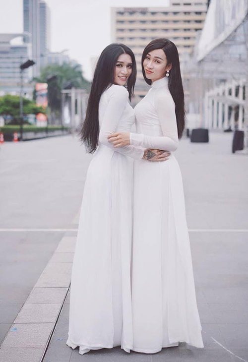 Cặp chị ngả em nâng BB Trần - Hải Triều đọ dáng với áo dài.