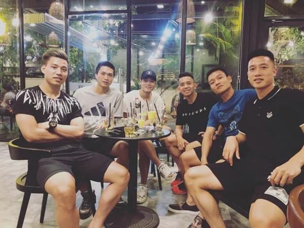 Huy Hùng cập nhật hình ảnh bên Văn Toàn, Văn Thanh và các đồng đội trong câu lạc bộ HAGL. Họ đã gặp mặt cuối tuần trước kỳ nghỉ lễ dài ngày.