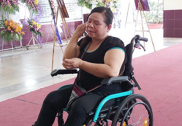 Chị Hoài Thương ngồi xe lăn, vượt cả chục cây số đến viếng Lê Bình.
