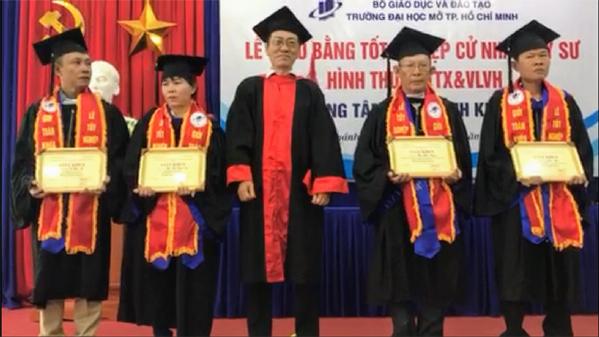 Ông Trần Xuân Thanh (đứng thứ 2 từ phải sang) trong lễ tốt nghiệp năm 2019.