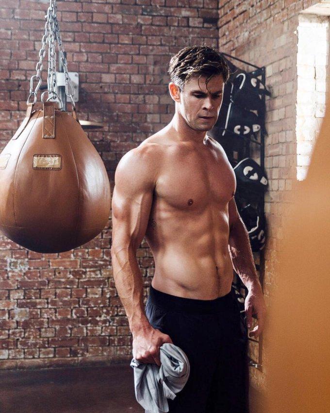 <p> Chris Hemsworth nổi tiếng với vai diễn Thần Sấm Thor trong vũ trụ điện ảnh Marvel. Anh chàng cao 1,9m đã nỗ lực tập luyện và tăng 9kg để vào vai vị thần cơ bắp. Hình tượng Thần Sấm của Chris Hemsworth được đông đảo khán giả yêu thích nhờ vóc dáng uy mãnh.</p>