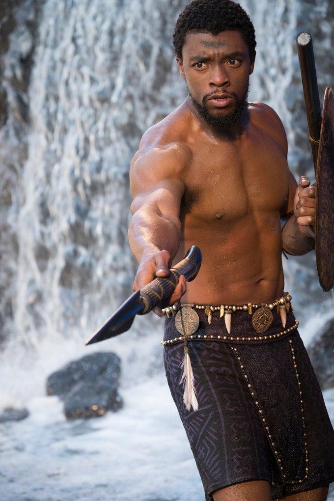 <p> Thủ vai người hùng Báo Đen T'Challa, Chadwick Boseman có nhiều màn cởi trần phô diễn sức mạnh cơ bắp. Ở tuổi 42, Black Panther vẫn giữ vóc dáng săn chắc, dẻo dai.</p>