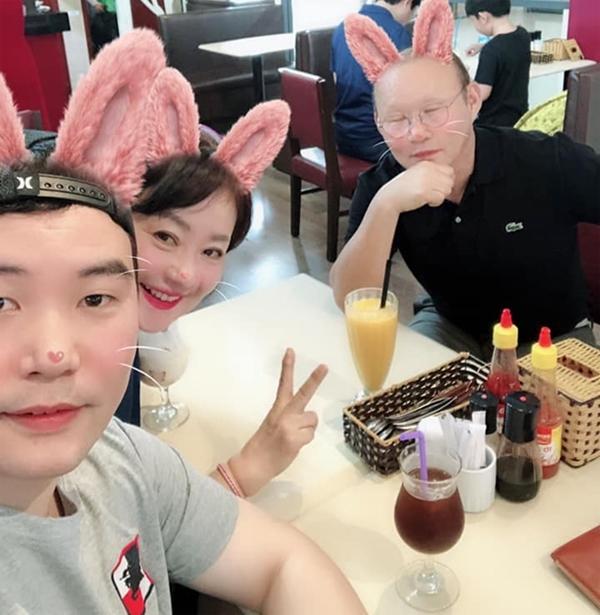 Kỳ nghỉ lễ 30/4 - 1/5 vừa qua, HLV Park Hang-seo đã dẫn vợ và con trai đi du lịch ở Phú Quốc.