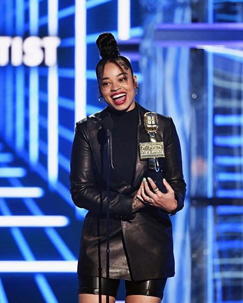 Ella Mai là chủ nhân của giải thưởng Top R&B Artist (Nghệ sĩ R&B hàng đầu).