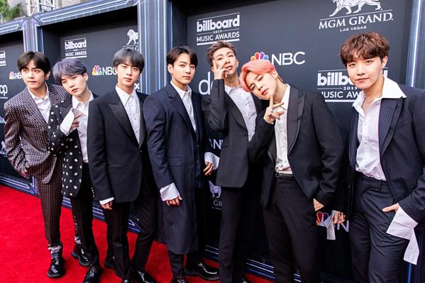 Chiều tối 1/5 (giờ địa phương), BTS tham dự lễ trao giải Billboard Music Awards 2019 tại Nevada, Mỹ. Ngay từ khi xuất hiện tại thảm đỏ, nhóm nhạc Kpop đã hút trọn sự chú ý của ống kính phóng viên.