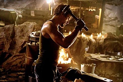 Cảnh Tony Stark chế tạo bộ giáp đầu tiên trong Iron Man (2008)