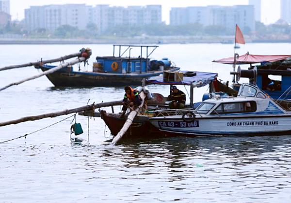 Công an sử dụng ca nô chuyên dụng để tìm kiếm thi thể bé gái ở khu vực gần cầu Thuận Phước. Ảnh: Nguyễn Đông/VnExpress.