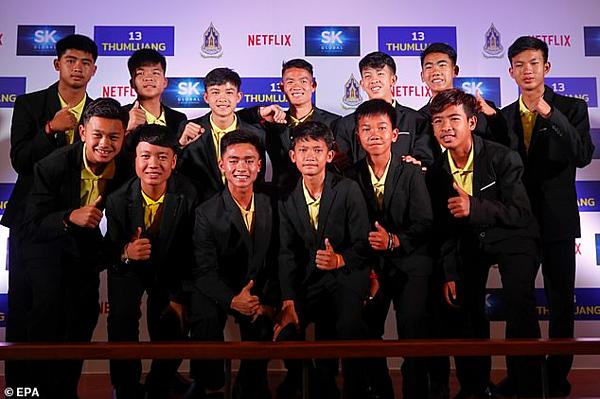 12 cậu bé Thái Lan và Huấn luyện viên của họ trong buổi ký thỏa thuận hợp tác phục vụ dự án phim.