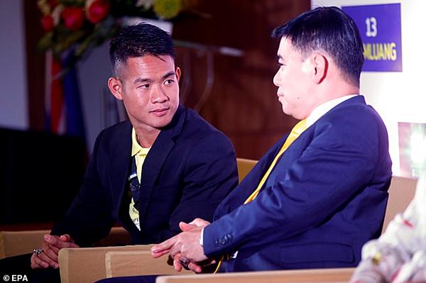 Huấn luyện viên của đội bóng Lợn Hoang (bên trái) tại buổi họp báo.