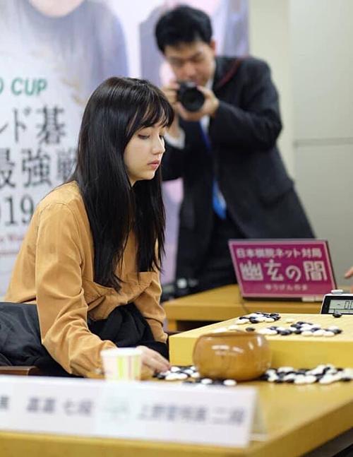 Năm 2011, Joanne phủ sóng truyền thông khi cùng các cầu thủ nữ khác đòi tẩy chay giải đấu Qiandeng Cup khi biết các cầu thủ nam được trả 886 USD mỗi trận, trong khi cầu thủ nữ thì không. Cô cùng người hâm mộ đã lên tiếng phản đối sự phân biệt giới tính ở nước này.