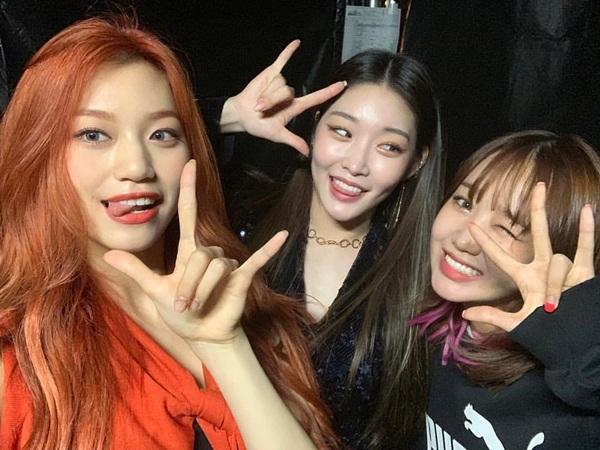 Chung Ha, Do Yeon và Yoo Jung tíu tít ngày hội ngộ.