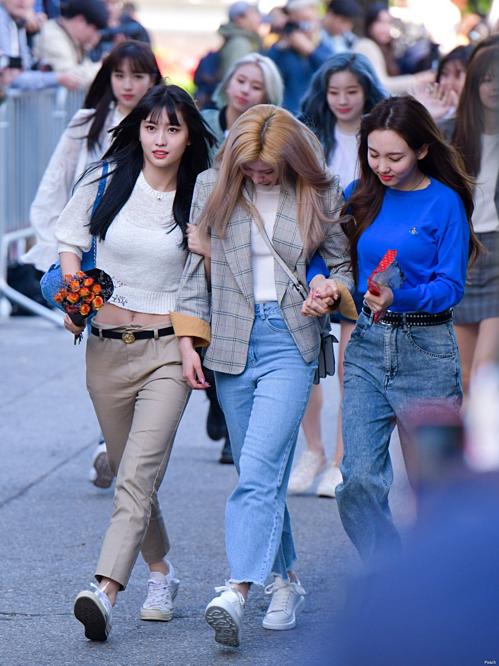 Sáng 3/5, Twice có mặt tại trường quay KBS,chuẩn bị ghi hình Music Bank. Trên đường đi làm, Sana chứng kiến một sự kiện nhỏ do fan tổ chức để ủng hộ tinh thần cô nàng. Quá bất ngờ và cảm động, Sana đã không kìm được nước mắt. Cô cúi mặt khóc và phải nhờ sự hỗ trợ của Na Yeon, Momo để bước đi.